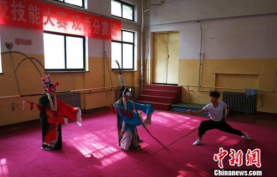 """中国传统艺术另辟新路:既要""""唱念做打""""也会""""说学逗唱"""""""