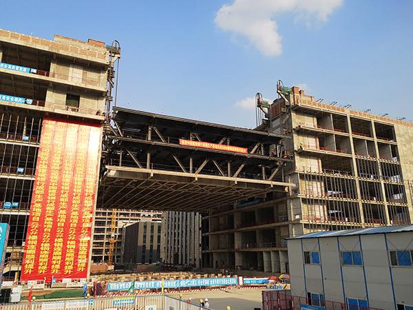 国内建筑最宽钢连廊提升就位