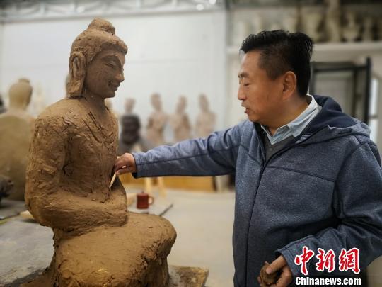 """六旬雕塑师与飞天""""共舞""""40年:让千年彩塑""""活着"""""""