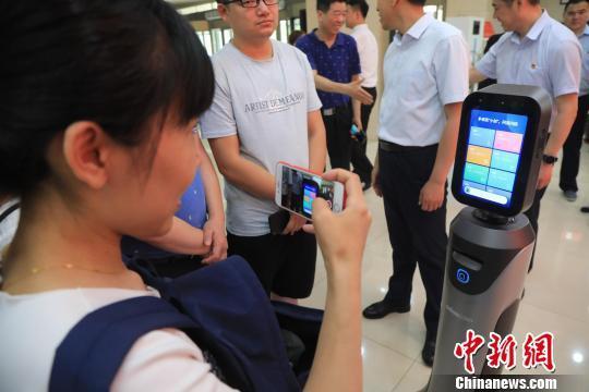 東北首家高智能引領式政務服務機器人在沈陽啟用