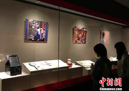 """近百件清宫文物长沙展出 从华服珍器中看""""皇家气象"""""""