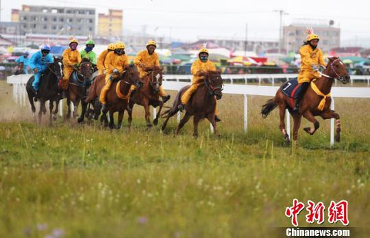 甘肃藏区玛曲举行格萨尔赛马节  延续千年藏族传统文化