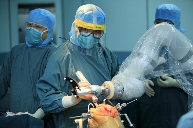 中国首个机器人人工关节置换手术在北京成功实施