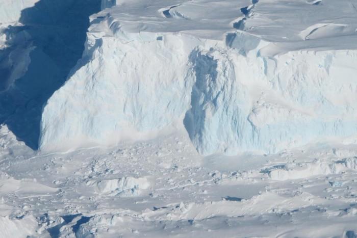 """机器人潜水器首次拍到南极洲""""末日冰川""""水下地基画面"""