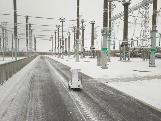抗疫保电 智能机器人亮相 巡检疆电外送通道
