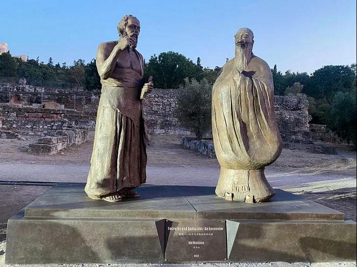 青铜组雕《神遇——孔子与苏格拉底的对话》落户雅典